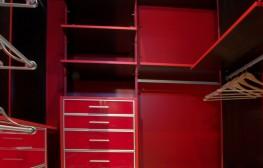 Vestidor lacat vermell.